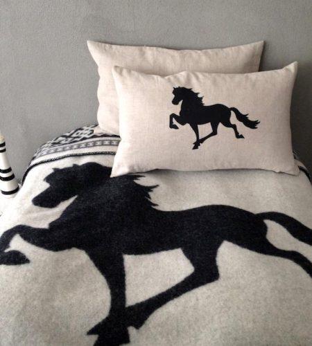 Islandsk uldtæppe med hest - hvid/sort