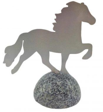 Pyntehest - stål på granit