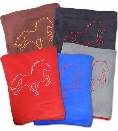 fleecetæppe med broderet hest